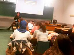 La letrada Delia Rodríguez impartiendo una clase sobre mediación familiar a los alumnos de educación social de la Universidad Complutense de Madrid.