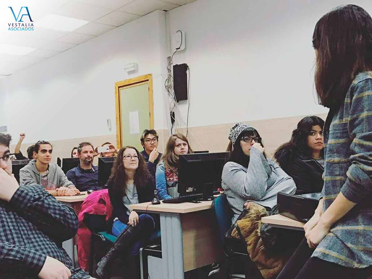 Delia dando una charla en el taller de Mediación de TEIDE