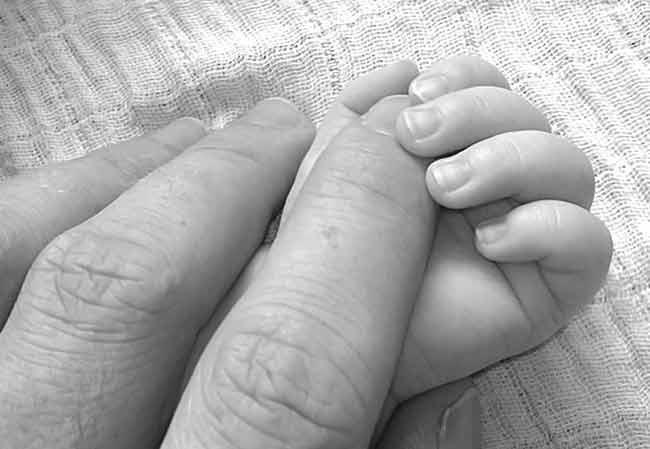 manos padre e hijo