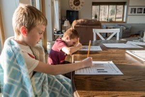 delito homeschooling - niños estudiando en casa